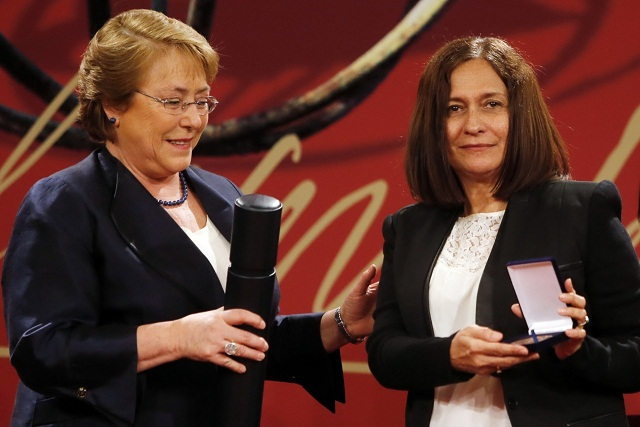 Chilean President Presents Cuban Writer with Prize
