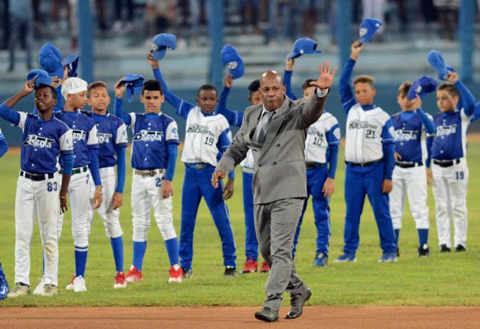 Centerfielder Carlos Tabares Says Goodbye to Baseball
