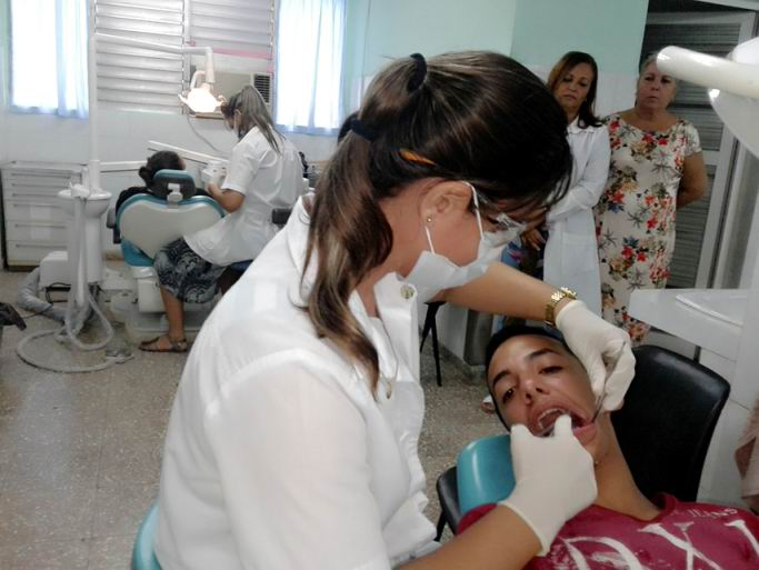 Estomatólogos cienfuegueros celebran su día