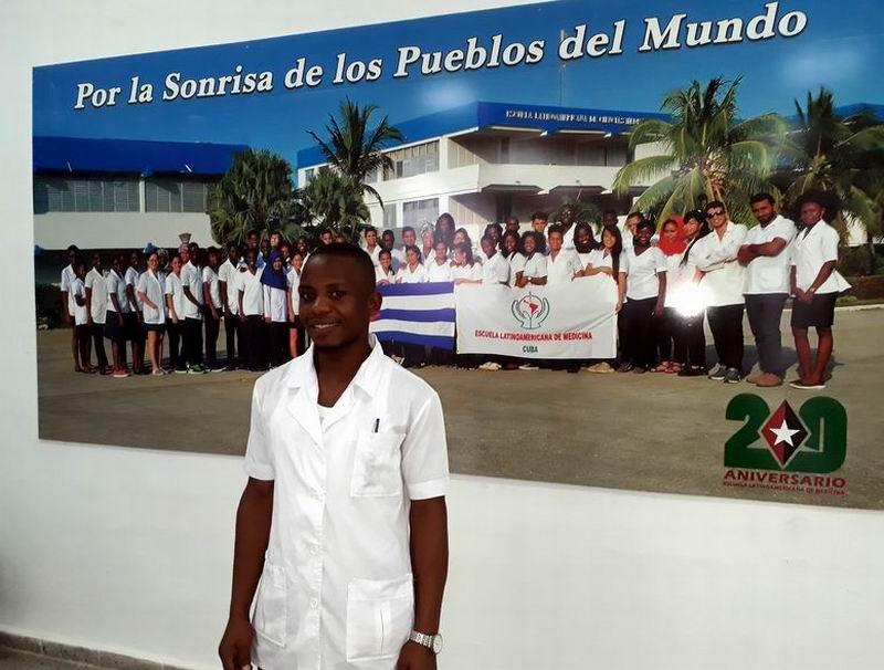 Bwambale Haukai se siente dichoso por estudiar en la Escuela Latinoamericana de Medicina
