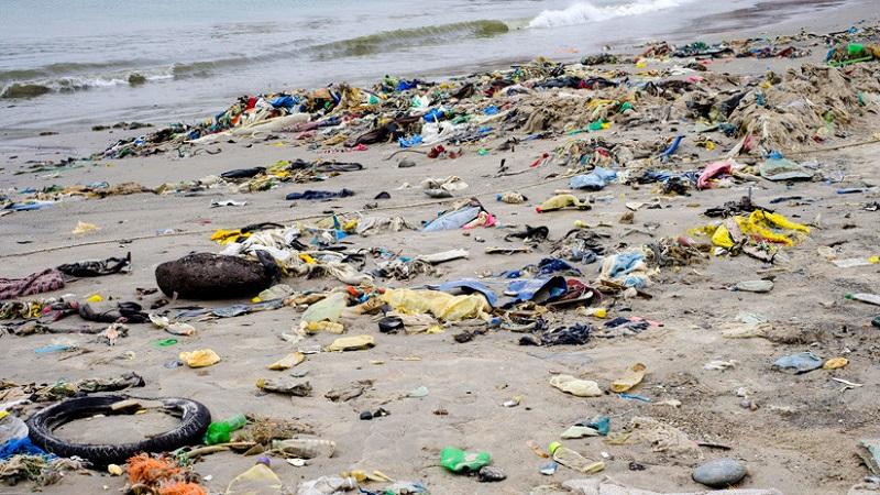 Cómo llegan kilos de plástico a una playa española