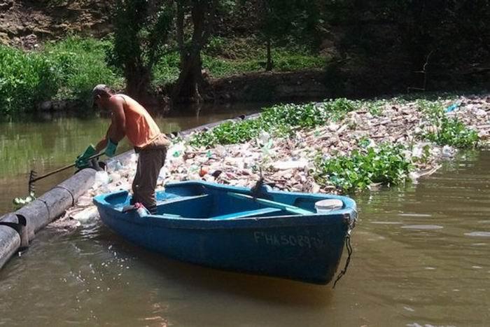 Trampa en río habanero evita llegada de desechos sólidos al mar. Foto: IPS