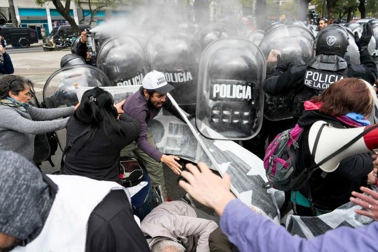 Reprime la policía a la manifestación contra el hambre en la Argentina