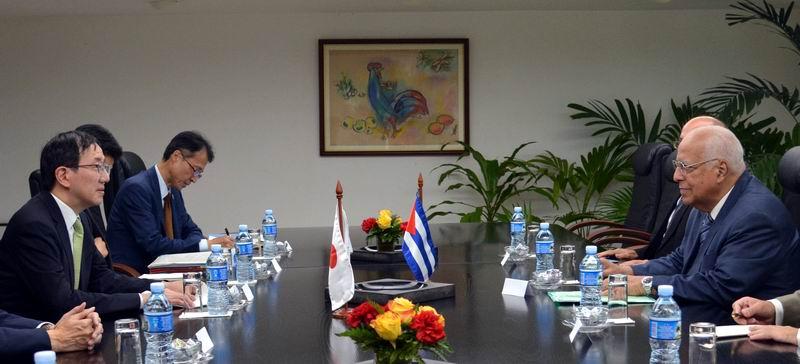 El Vicepresidente del Consejo de Ministros Ricardo Cabrisas Ruiz (D), durante un encuentro con el ministro adjunto principal para Asuntos Exteriores de Japón, Kazuyuki Yamazaki. Foto: Omara García