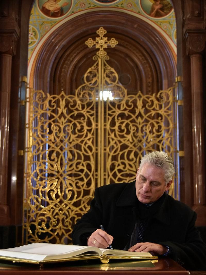 Díaz-Canel firma el libro de visitantes