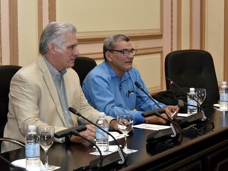 Miguel Díaz-Canel, con profesores, académicos y autoridades vinculados a la enseñanza de la Historia de Cuba.