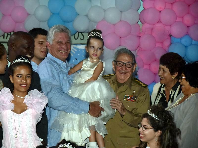 Asisten Raúl y Díaz-Canel a fiesta de quince en la escuela especial Solidaridad con Panam