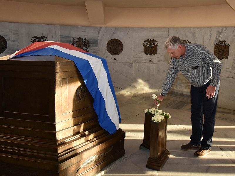 Díaz-Canel rinde tributo a Fidel y a Martí en su visita a Santiago