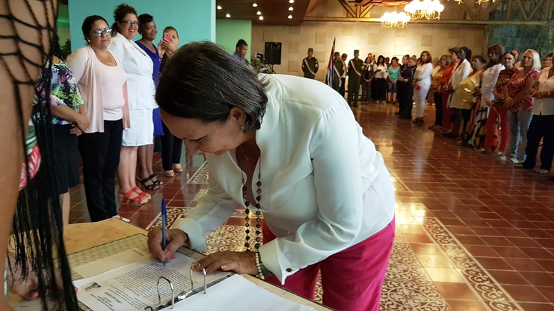 Marianela Fernández Concepción  firma Libro de Honor de la Mujer Camagüeyana