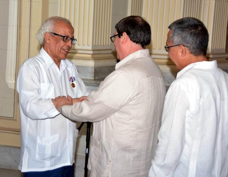 Entrega Cuba Medalla de la Amistad embajador de Argelia