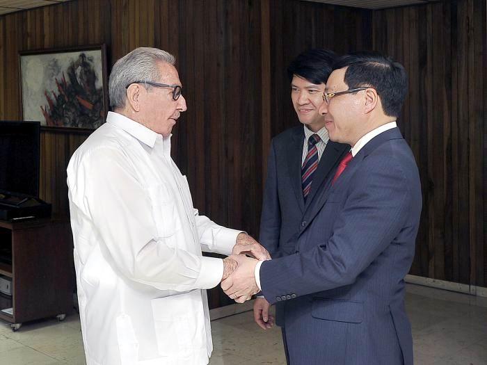 Recibió Raúl al Canciller de Vietnam. Foto: Estudios Revolución