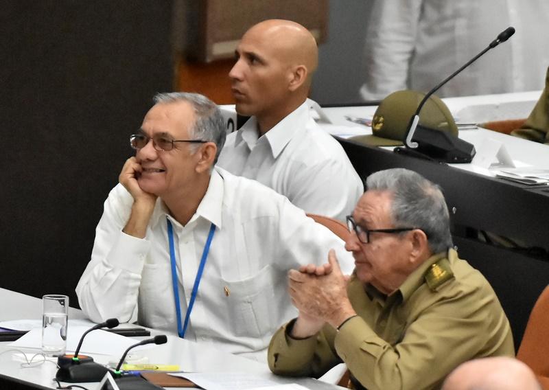 Asisten Raúl y Díaz-Canel a sesión extraordinaria de la Asamblea Nacional del Poder Popular