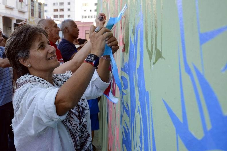 Interaccción de los asistentes con las obras presentadas, durante la inauguración del proyecto Detrás del Muro (Dedelmu), que acoge la XIII Bienal de La Habana, en Cuba, el 14 de abril de 2019. ACN FOTO/Ariel LEY ROYERO