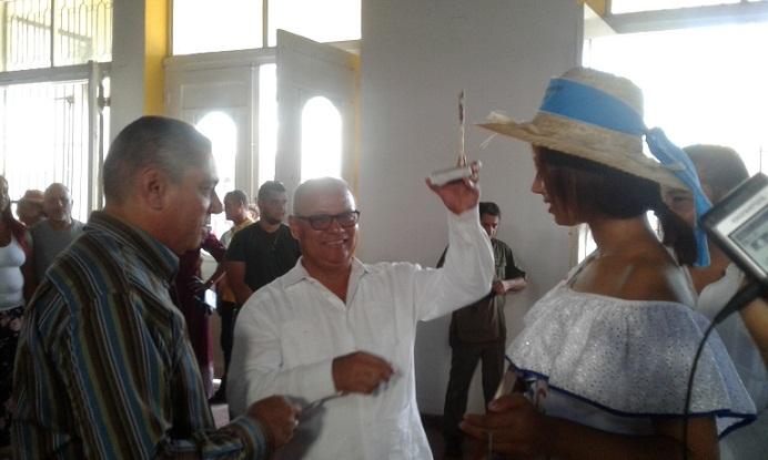 Pluma de El Cucalambé para el embajador de Honduras en Cuba