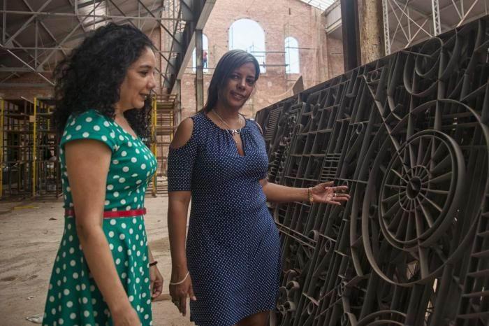 Jacqueline Ruiz Sastre y Vivian La O inmersas en una obra que otorga altos valores estéticos a un deteriorado entorno industrial, para convertirlo en renovado paisaje cultural. Foto: Joyme Cuan