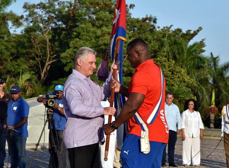 El luchador Mijaín López, recibió el estandarte de manos del Presidente Díaz-Canel. Foto: Omara García