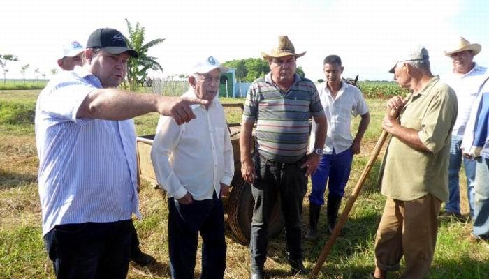 Félix Duartes le muestra al visitante nuevas áreas en explotación en Horquita.