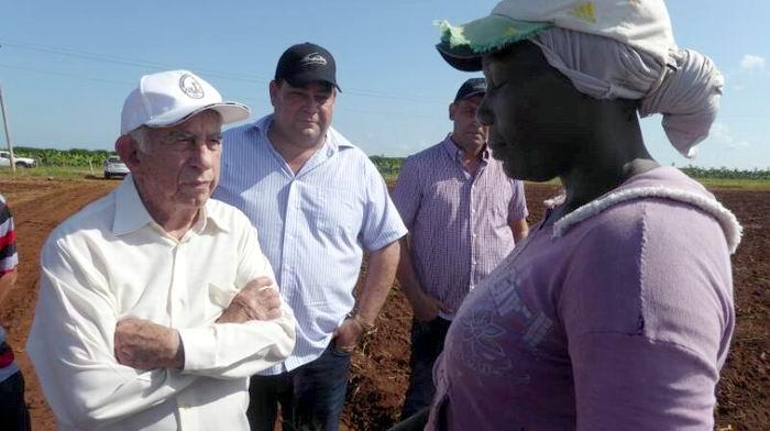 Machado conversa con una trabajadora de los polos agrícolas de Abreus.