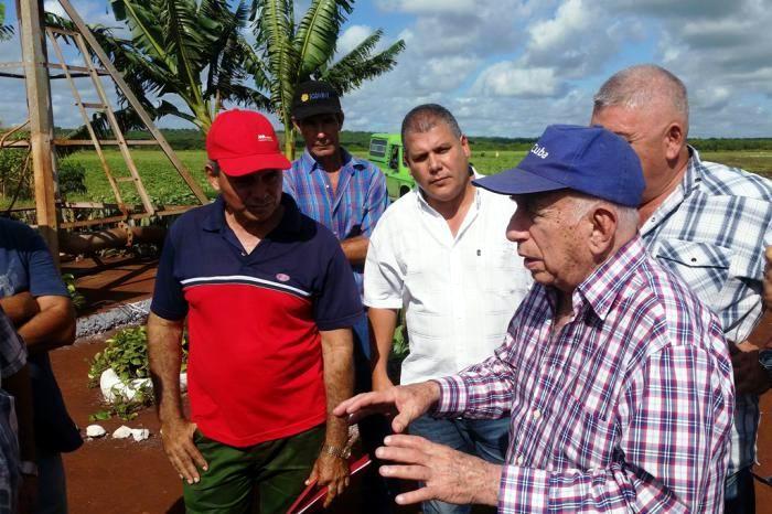 Evalúa Machado Ventura producción de alimentos en Villa Clara.  Foto: Freddy Pérez Cabrera