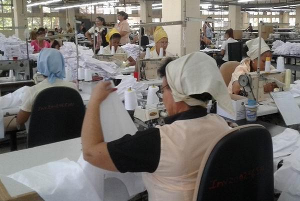 Trabajadores textiles en Las Tunas confeccionan uniformes escolares