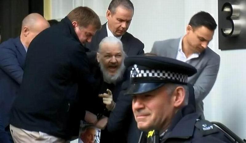 El fundador de WikiLeaks, Julian Assange, fue arrestado este jueves por la policía británica en la embajada de Ecuador en Londres