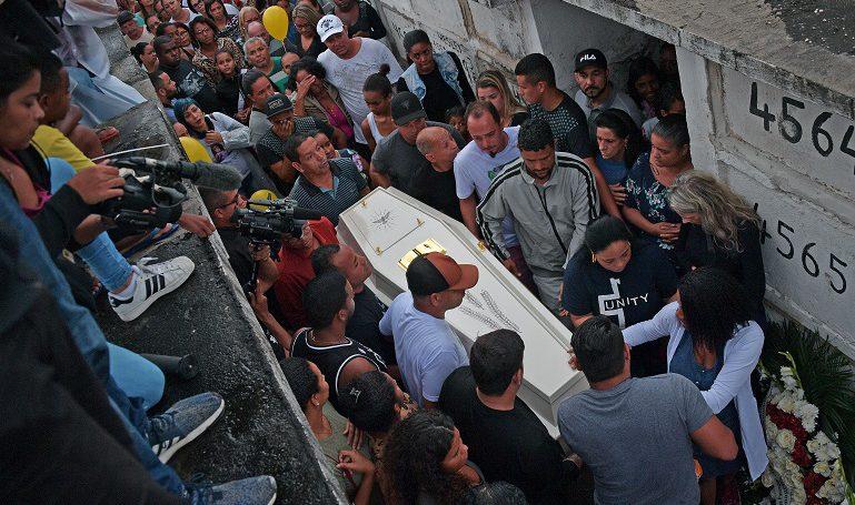 Despiden en Brasil a niña muerta por disparo policial