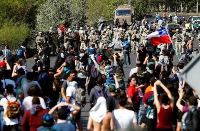 Desafían los chilenos el Toque de Queda decretado por el Gobierno