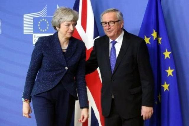 Jean-Claude Juncker recibe a Theresa May a su llegada a la sede central de la Comisión Europea, el 7 de febrero de 2019 en Bruselas