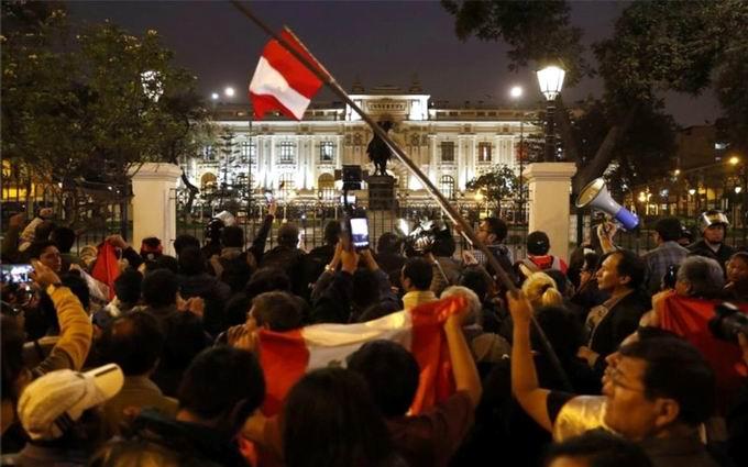 Manifestaciones de apoyo en Perú por la disolución del Congreso