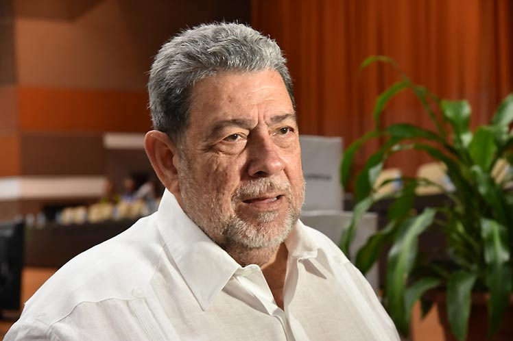 St. Vincent´s PM celebrates anniversary of the Revolution with Cuban collaborators
