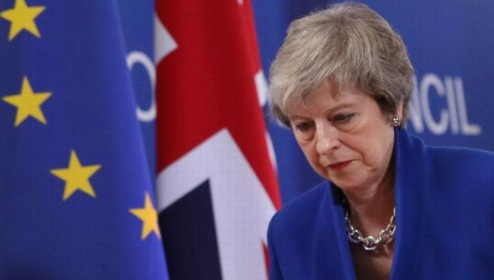 Enfrenta Theresa May moción de censura tras derrota en el Parlamento