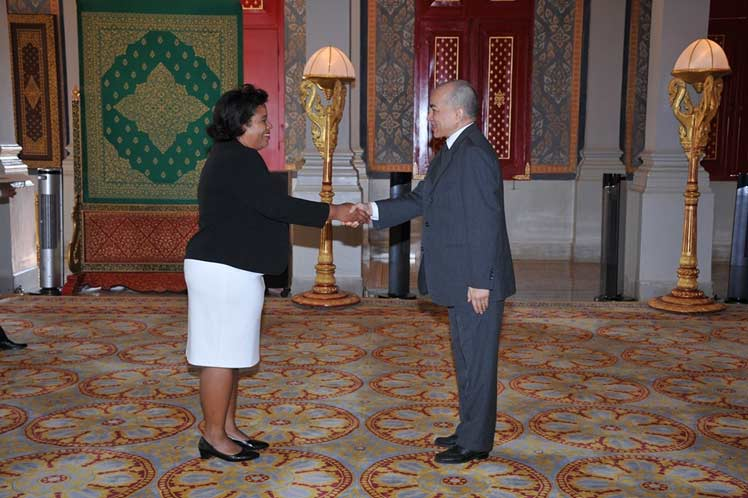 Cuban ambassador presents credentials to King of Cambodia