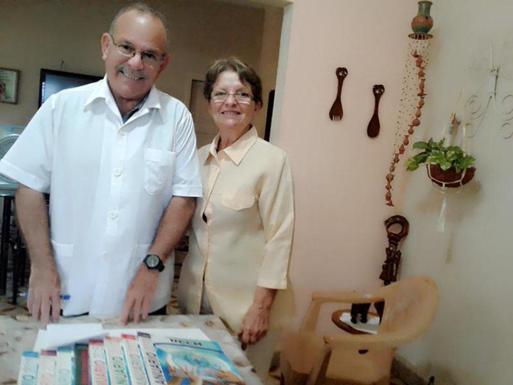 Doctor Felipe Delgado Bustillo y su esposa y correctora del anuario, Carmen Goya.