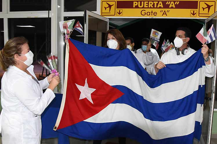 Cuban medical brigade returns home after fighting Covid-19 in Mexico. Photo: PL