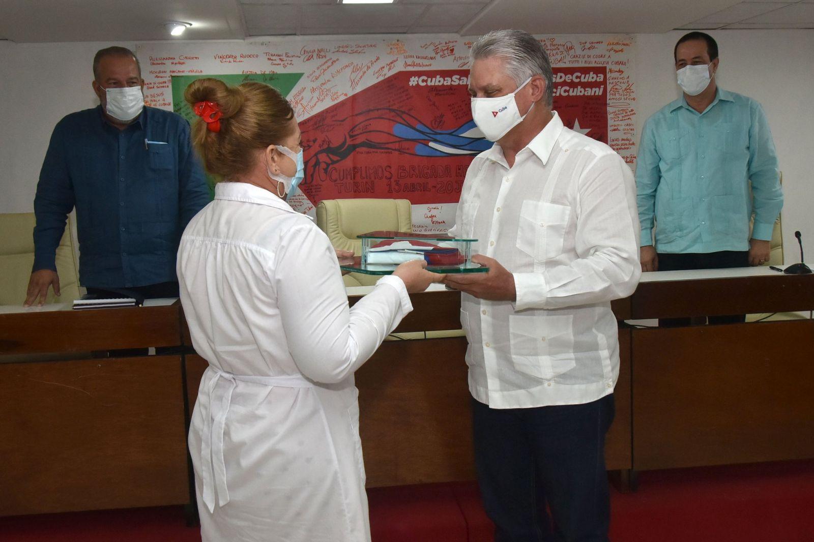 Se reúne Díaz-Canel con miembros de Brigadas Henry Reeve provenientes de Turín y San Vicente y las Granadinas