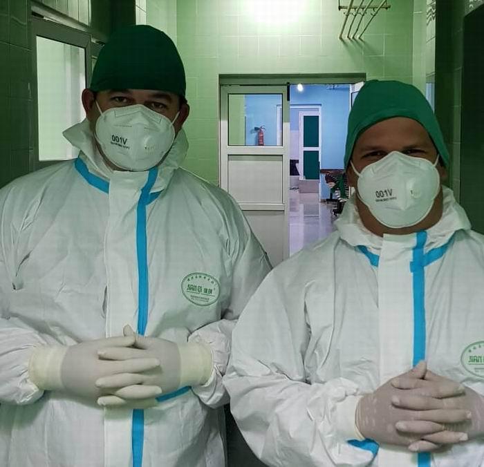 A la derecha el Ginecólogo Ramsés Isaac Marrero