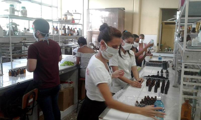 Estudiantes universitarios se suman al llenado y etiquetado de frascos de hipoclorito