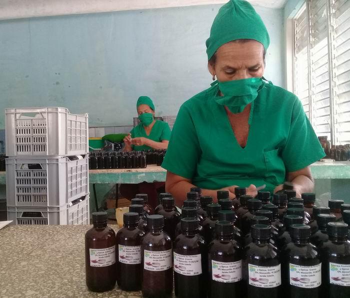 El colectivo de 17 trabajadores del laboratorio produce más de 30 renglones, entre ellos el hipoclorito y ahora el detergente clorado y el gel antibacterial.