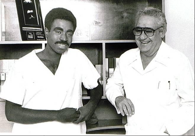 El 9 de diciembre de 1985, un equipo multidisciplinario del Hospital Docente Clínico Quirúrgico Hermanos Ameijeiras dirigido por el profesor Noel González Jiménez realizó el primer trasplante cardíaco en Cuba. Foto tomada de Infomed