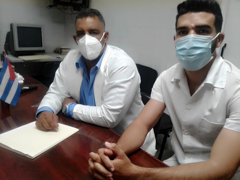 Doctor Sandro Roberto Catalá junto a un estudiante. Foto: Mireya Ojeda