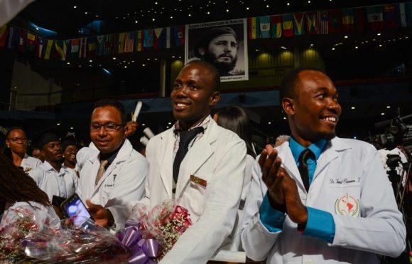 Egresados de la Escuela Latinoamericana de Medicina (ELAM). Foto: Marcelino Vázquez