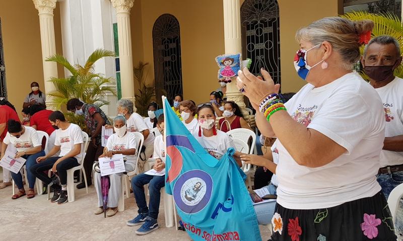 Reciben colectivos de Camagüey  Bandera Aniversario 60 de la FMC (+Audios)