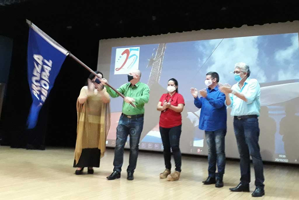 Entregan Bandera Proeza Laboral a medios de comunicación cubanos (+Audio)