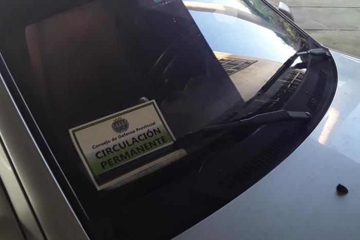 En La Habana, los carros autorizados deben portar, la pegatina con el indicativo COVID-19