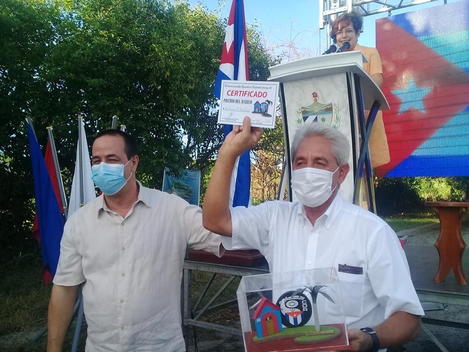 Reconocen los CDR con el Premio del Barrio al doctor Francisco Durán