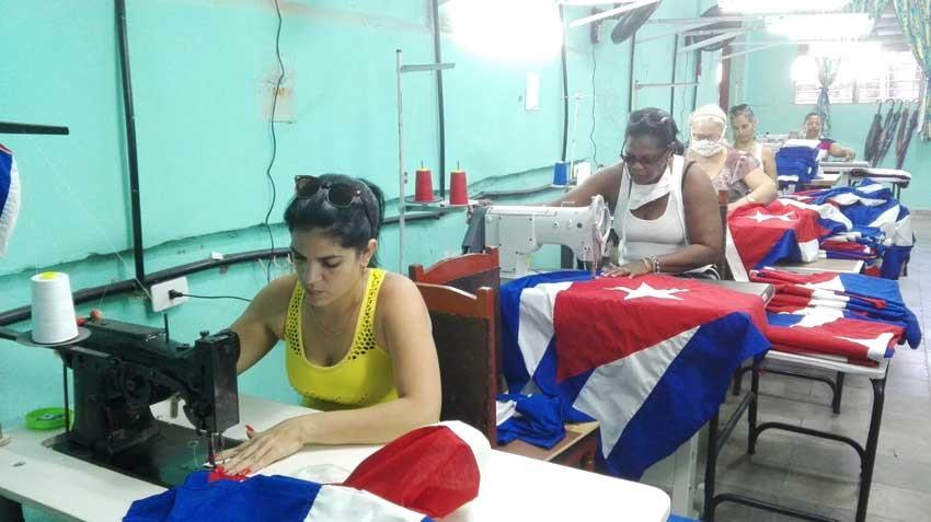 En Las Tunas, primera fábrica de banderas cubanas del oriente del país