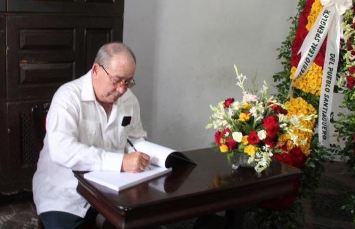 El miembro del Comité Central del Partido Comunista de Cuba y su Primer Secretario en la provincia, Lázaro Expósito Canto, fue el primero en firmar el libro.