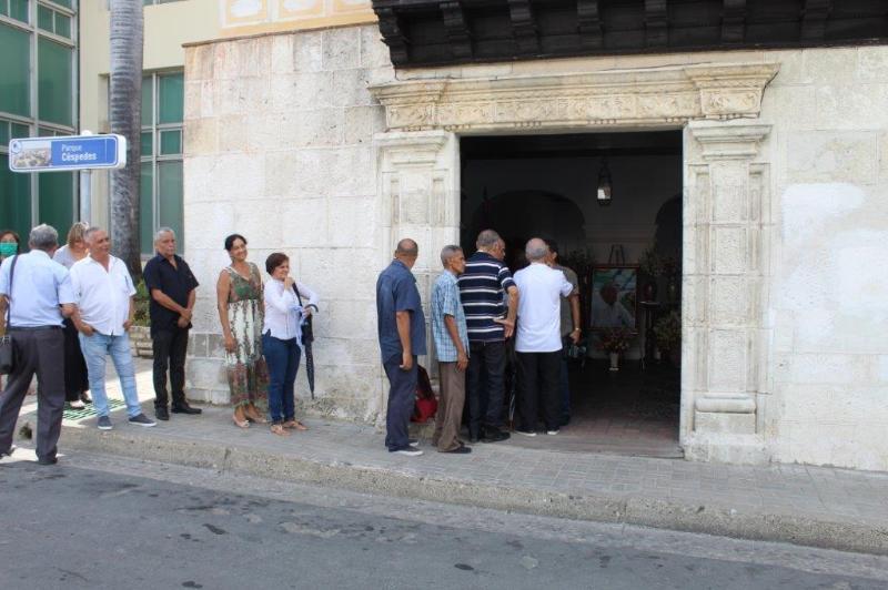 El pueblo santiaguero asiste a firmar el libro de condolencias con motivo del fallecimiento de Eusebio Leal.