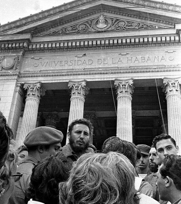 Acto homenaje Estudiantes de Medicina en la Escalinata de la Universidad de La Habana En 1960 Foto Liborio Noval.