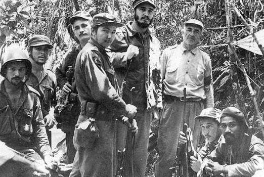 Dos de los integrantes de la red campesina, organizada por Celia Sánchez: Crescencio Pérez (al lado de Fidel) y Guillermo García (extremo izquierdo de la foto), junto con el Che, Universo Sánchez, Raúl, Ciro Redondo y Almeida. Foto tomada de Bohemia